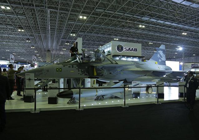 Caça sueco Gripen (réplica), da SAAB, em exposição na feira de defesa e segurança LAAD, no Rio de Janeiro