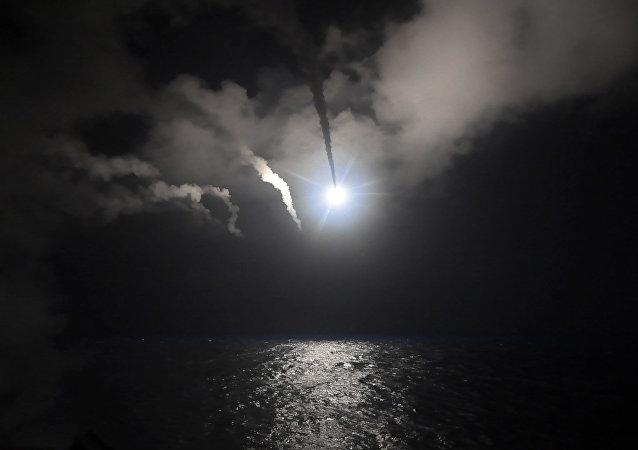 Nesta imagem fornecida pela Marinha dos Estados Unidos, o destrutor de mísseis guiados USS Porter (DDG 78) lança um míssil de ataque de terra tomahawk no Mar Mediterrâneo, sexta-feira, 7 de abril de 2017.