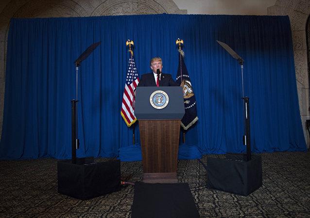 O presidente dos EUA, Donald Trump dá ordem para realizar ataque massivo contra base aérea síria devido ao acidente com arma química em 6 de abril de 2017
