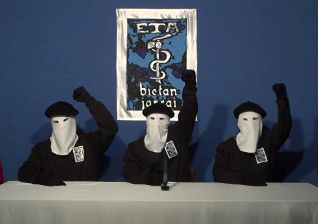 Membros mascarados do grupo militante basco ETA