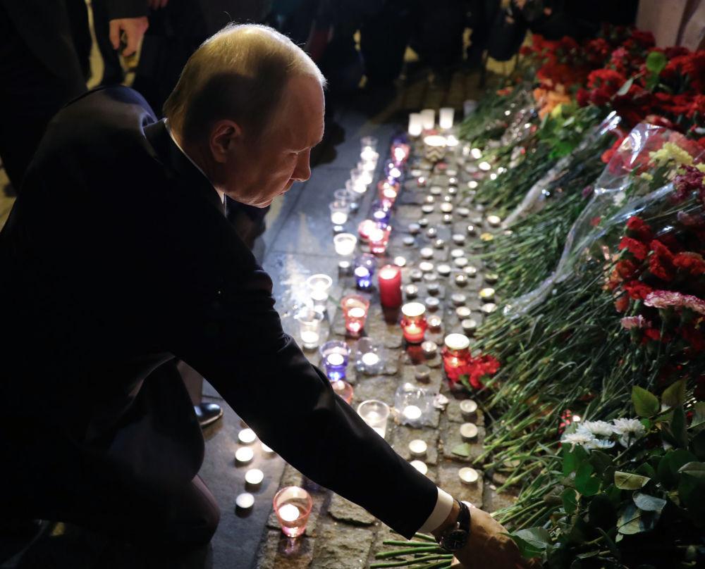 Presidente russo, Vladimir Putin, depõe flores na estação do metrô Tekhnologichesky Institut em memória das vítimas da explosão em São Petersburgo