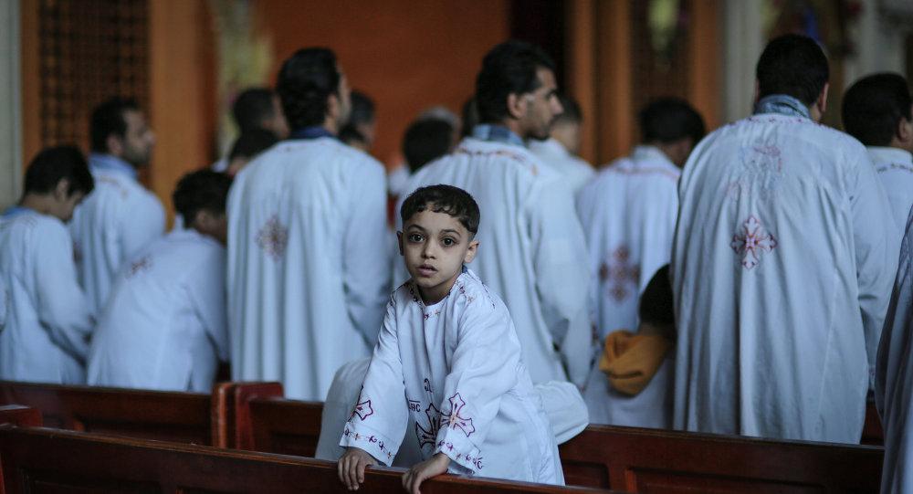 Cristãos ortodoxos participam de cerimônia religiosa em uma igreja do Cairo, no Egito