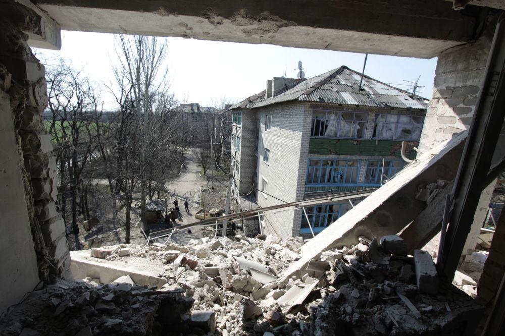 Casa destruída na sequência de bombardeios ucranianos no povoado de Donetsk-Severny, região de Donetsk