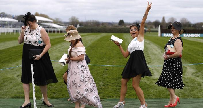 Visitantes da corrida de barreiras Grand National no Reino Unido