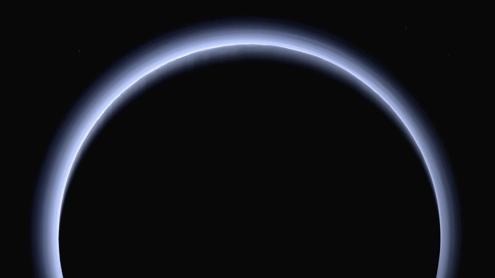 Plutão iluminado pelos raios do Sol