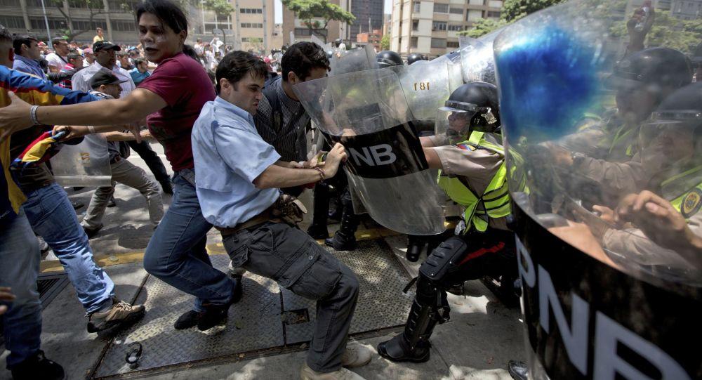 Confrontos em Caracas, Venezuela, durante protesto contra o governo de Nicolás Maduro