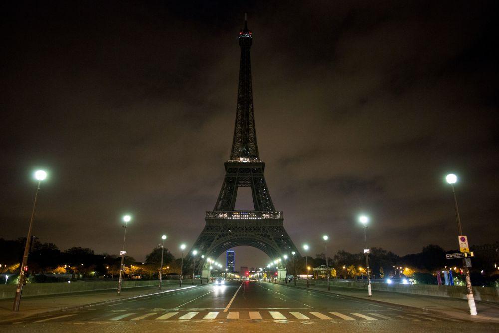 Torre Eiffel com luzes apagadas em memória das vítimas da explosão em São Petersburgo