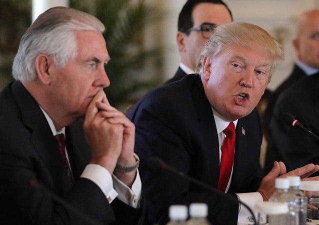 O presidente dos EUA, Donald Trump, fala ao lado do secretário de Estado, Rex Tillerson, durante uma reunião bilateral com o presidente da China, Xi Jinping, na propriedade de Trump, Mar-a-Lago, em Palm Beach, Flórida.