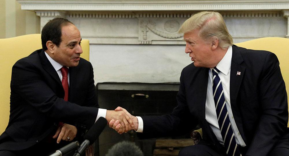 O presidente dos EUA, Donald Trump, aperta as mãos do presidente egípcio, Abdel Fattah al-Sisi, no escritório oval da Casa Branca em Washington.