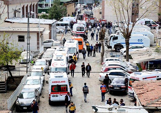 Local do acidente após a explosão, centro da cidade de Diyarbakir, 11 de abril de 2017