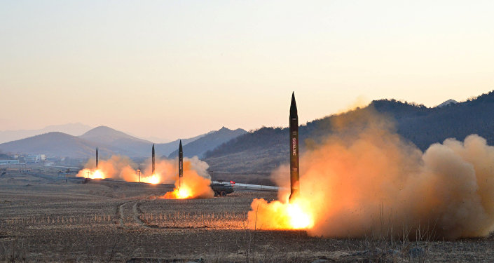 Nesta foto sem data que foi divulgada pela Agência Central de Notícias da Coreia do Norte em Pyongyang no dia 7 de Março de 2017, o líder da Coreia do Norte Kim Jong-un supervisou o lançamento de mísseis balísticos das unidades da artilharia de Hwasong das Forças Estratégicas do Exercito Popular da Coreia