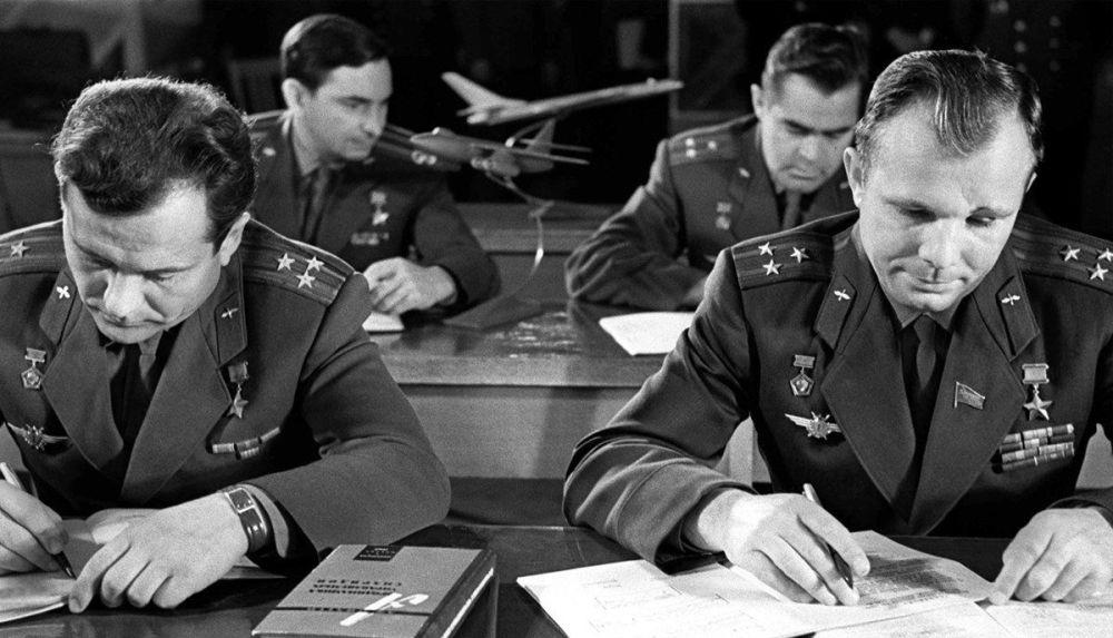 O primeiro destacamento de cosmonautas durante os estudos