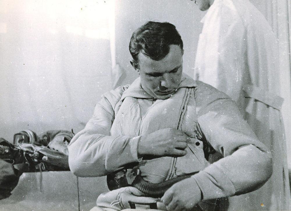 Yuri Gagarin antes do primeiro voo na nave espacial Vostok 1, em 1961