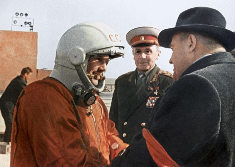 O engenheiro-chefe de foguetes e naves soviético, Sergei Korolev, dá as últimas recomendações para Yuri Gagarin antes do voo para o Espaço