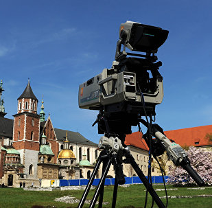 Uma câmera de TV está perante o Castelo Real de Wawel, Polônia