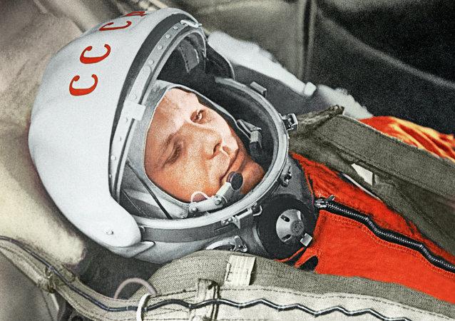 Cosmonauta russo Yuri Gagarin se prepara para o primeiro voo espacial em 1961
