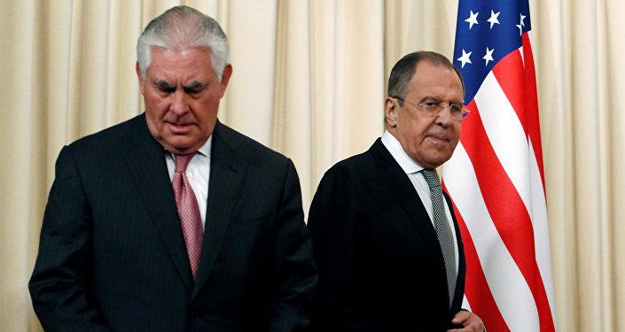 O ministro russo das Relações Exteriores, Sergey Lavrov e o secretário de Estado dos EUA, Rex Tillerson, chegam para uma coletiva de imprensa após as suas conversações em Moscou.
