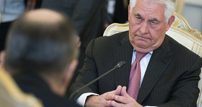 O secretário de Estado dos EUA, Rex Tillerson, ouve o ministro russo das Relações Exteriores, Sergey Lavrov.