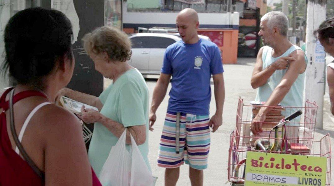 Binho coloca cerca de 100 livros diariamente em dois pontos do bairro Campo Limpo, na Zona Sul de São Paulo