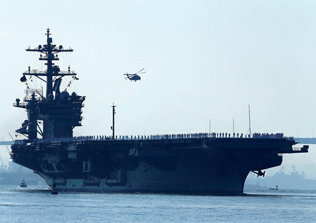 Porta-aviões americano USS Carl Vinson no porto de San Diego, foto de arquivo