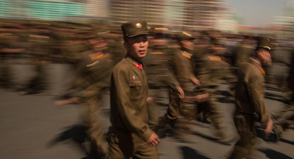 Militares norte-coreanos durante a inauguração da nova área residencial em Pyongyang, 14 de abril de 2017