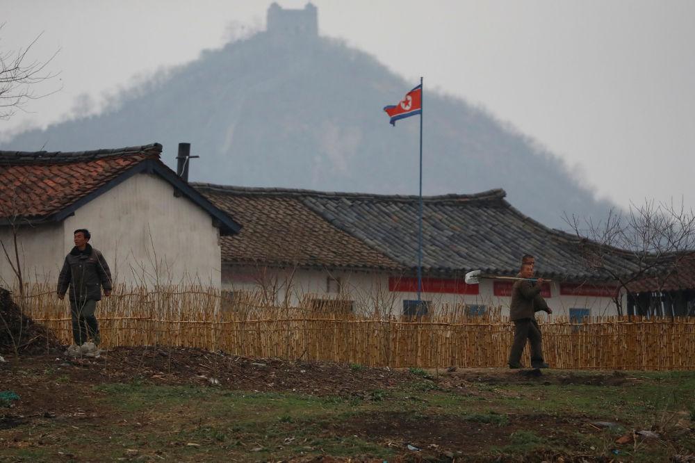Norte-coreanos passeiam perto da fronteira com a China, 14 de abril de 2017