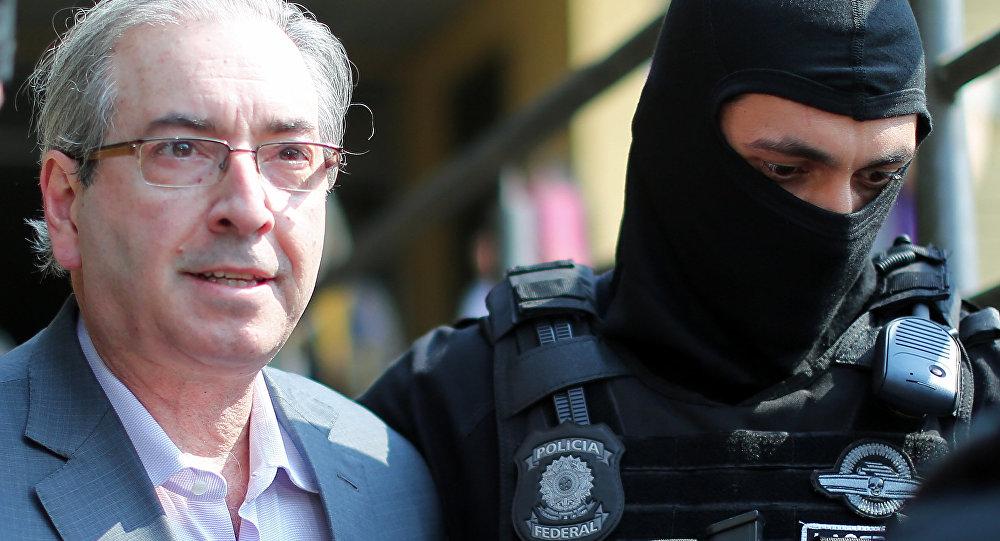 Ex-Presidente da Câmara dos Deputados do Brasil, Eduardo Cunha, chega a Curitiba, em 20 de outubro de 2016, acompanhado pela Polícia Federal
