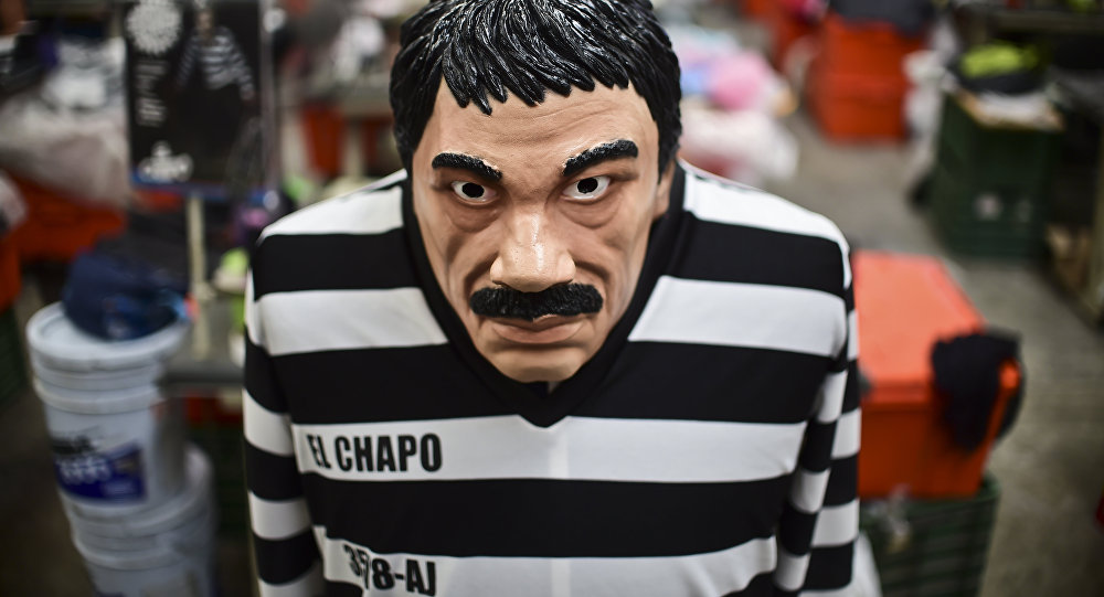 Costume e máscara do barão de droga mexicano Joaquín Guzmán Loera