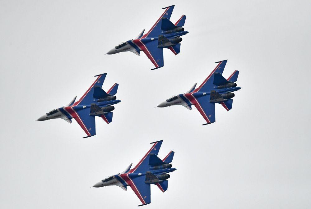 Caças multifuncionais Su-30SM do grupo de alta pilotagem Russkie Vityazi durante um ensaio da parte aérea da parada de 9 de maio, Dia da Vitória