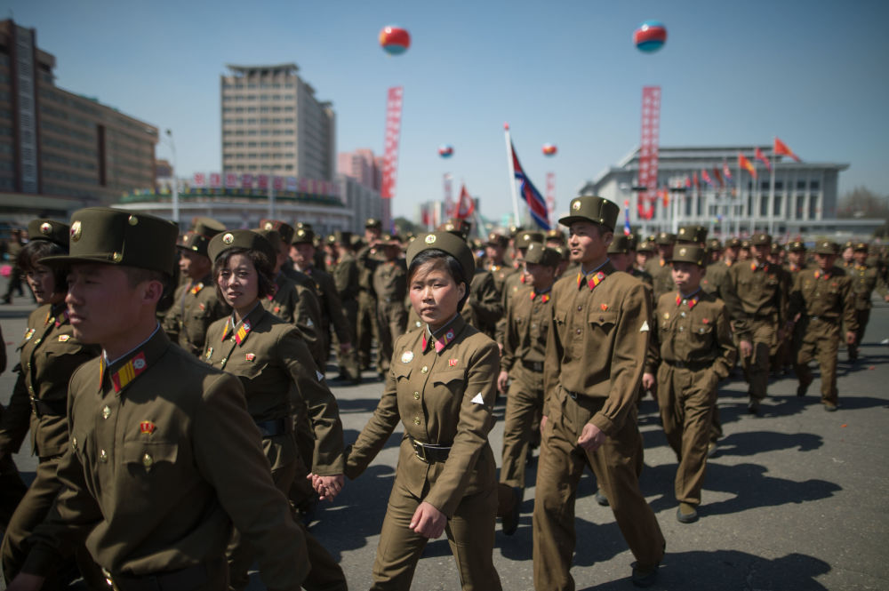 Militares do Exército Popular da Coreia durante a cerimônia de inauguração de um novo bairro residencial na capital norte-coreana, Pyongyang.