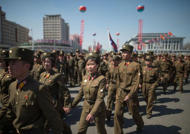 Militares do Exército Popular da Coreia durante a cerimônia de inauguração de um novo bairro residencial na capital norte-coreana, Pyongyang