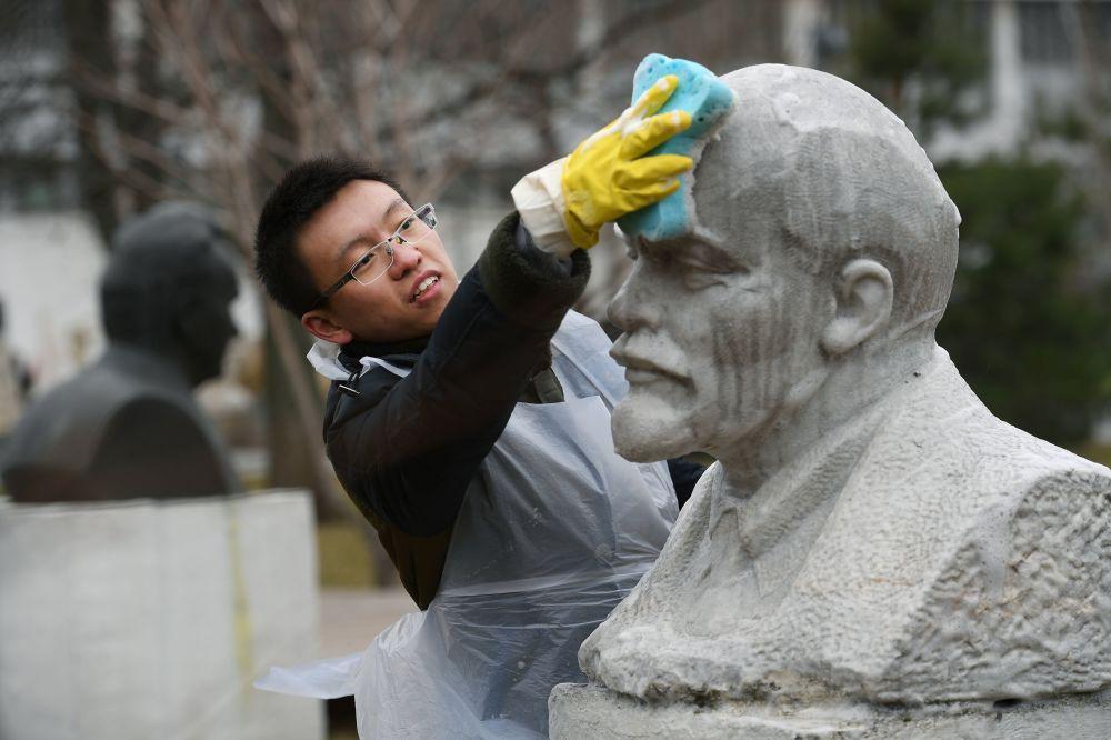 Participante do evento russo de voluntariado, tradicionalmente realizado em alguns sábados e em que os cidadãos ajudam a limpar as cidades no início da primavera, em um dos maiores parques de Moscou.
