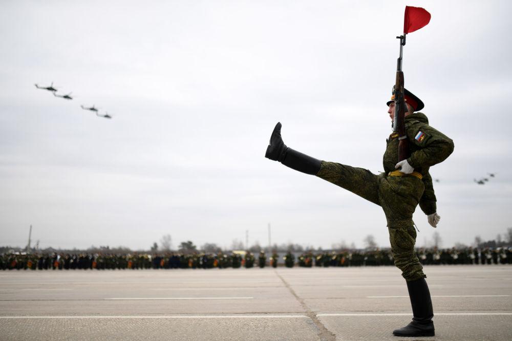 Militar durante os preparativos para o próximo desfile da Vitória na Praça Vermelha, em 9 de maio