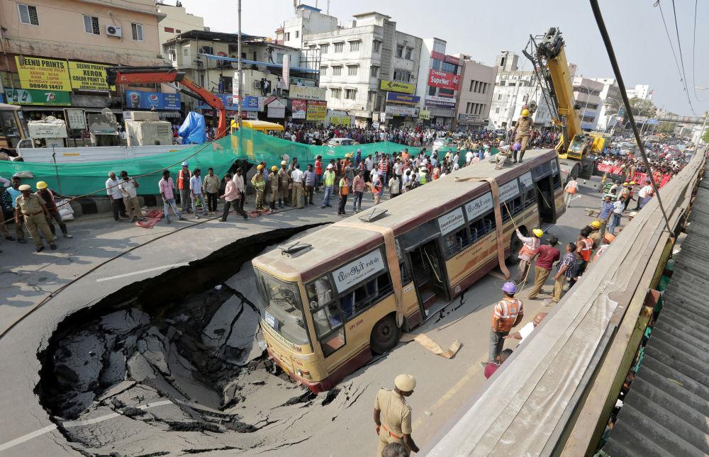 Bombeiros se preparam para resgatar um ônibus acidentado na Índia