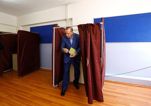O presidente turco Erdogan deixa uma cabine de votação durante o referendo em Istambul, Turquia, 16 de abril de 2017.