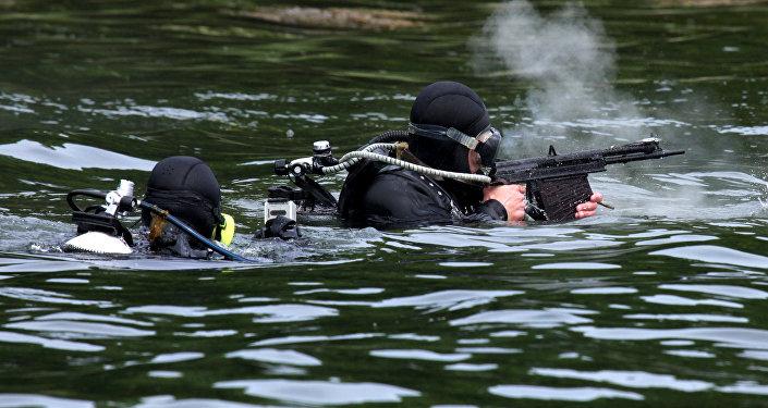 As tropas tiram da metralhadora subaquática (APS)