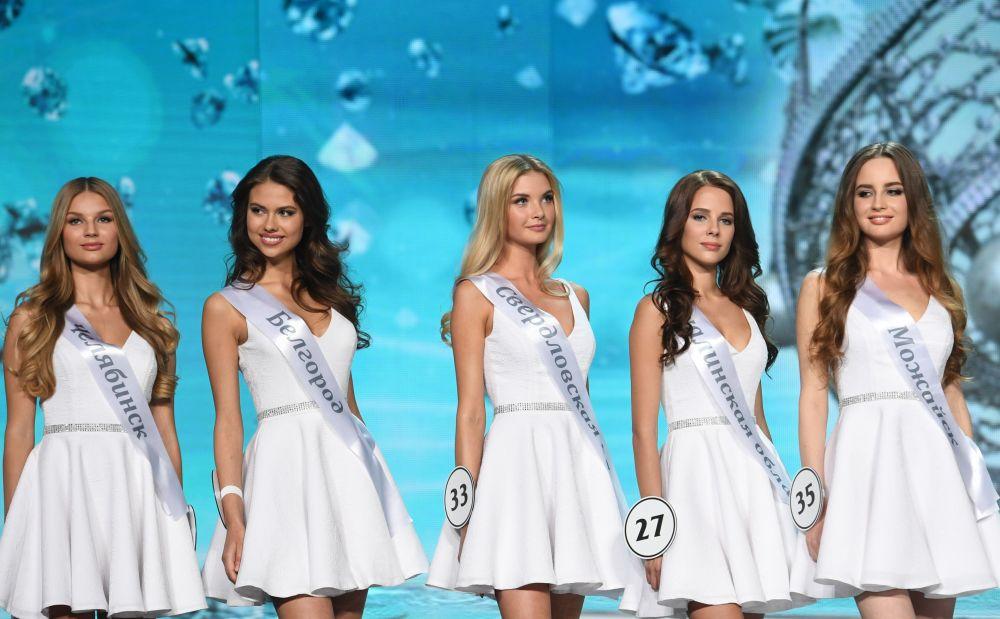 O desfile das finalistas do concurso de beleza Miss Rússia 2017, vestidas de branco, no salão de concerto Barvikha