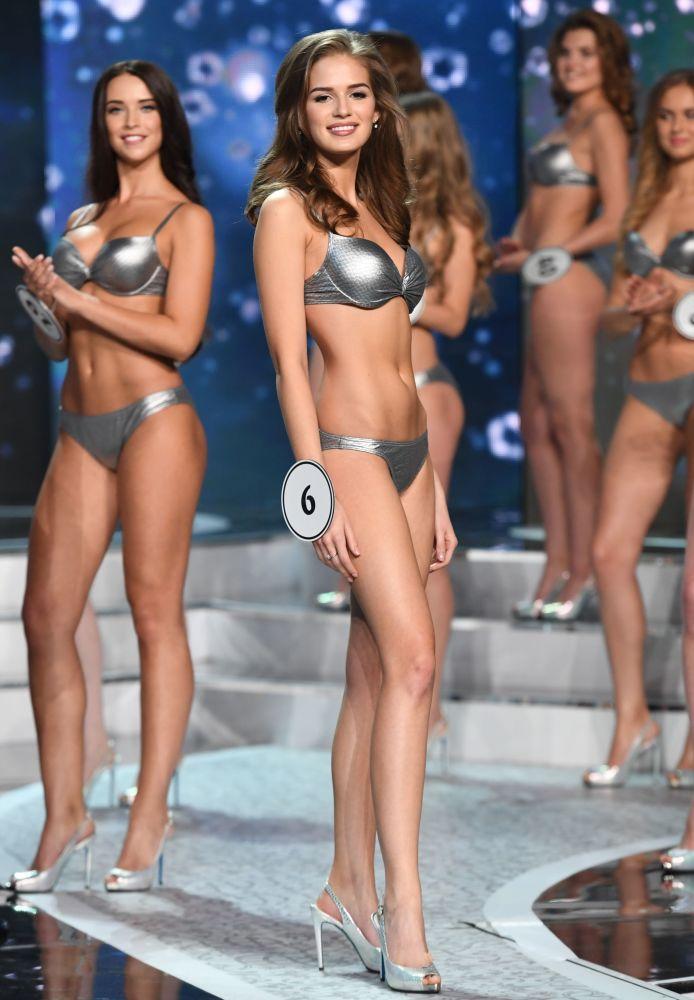 As finalistas do concurso de beleza Miss Rússia 2017 desfilam vestidas com biquíni metálico no salão de concerto Barvikha