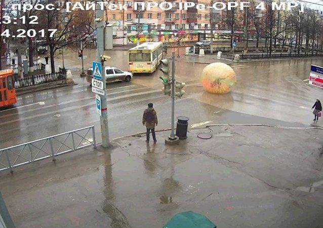 Russo rola em bola gigantesca pelas ruas de Perm
