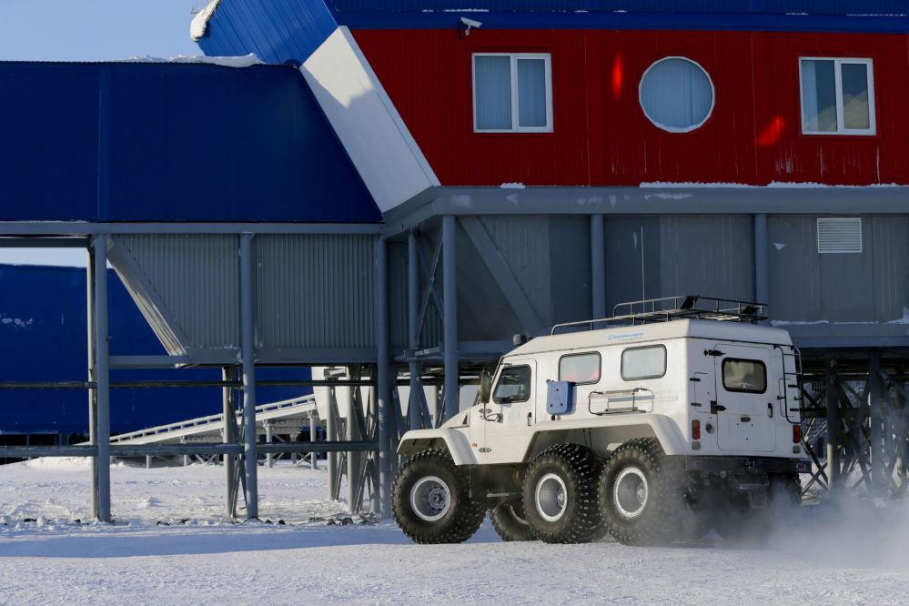 Os meios de transporte da base militar são representados por veículos terrestres Trekol, submetidos à alta pressão