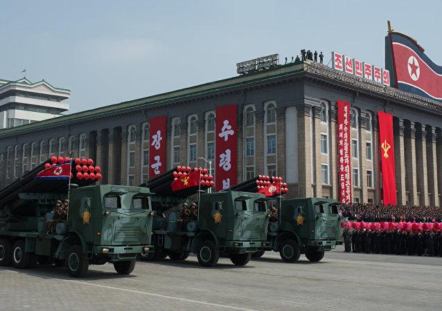 Um grupo de lançadores múltiplos de foguetes M-1985 do Exército Popular da Coreia é visto durante desfile militar em finais de abril em Pyongyang