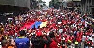 Multidão reunida em defesa do chavismo em uma das ruas da capital venezuelana