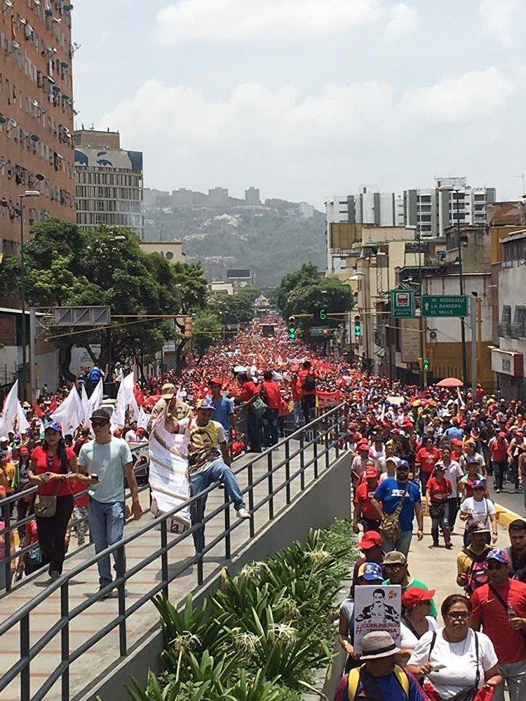 Grande número de chavistas aglomerados revela tamanho da divisão no país latino-americano