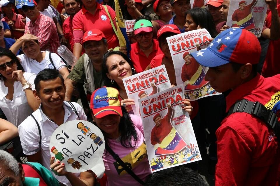Venezuelanos exibem fotos de seu antigo líder Hugo Chávez