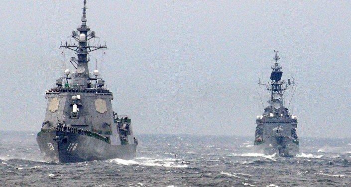 Navios de guerra japoneses (à esquerda - Ashigara)