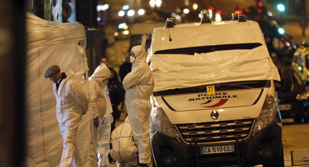 Médicos forenses trabalham no local do tiroteio em Paris em 21 de abril de 2017