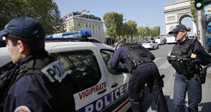 A polícia francesa patrulha a avenida Champs-Elysées em Paris após ataque terrorista do Daesh (sexta-feira, 21 de abril de 2017)