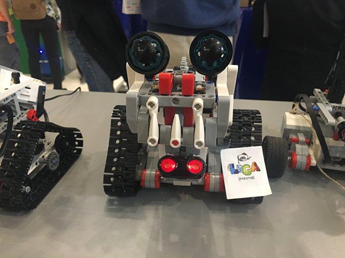 Robozinho construído por crianças no âmbito do projeto Liga dos Robôs que utiliza peças de LEGO