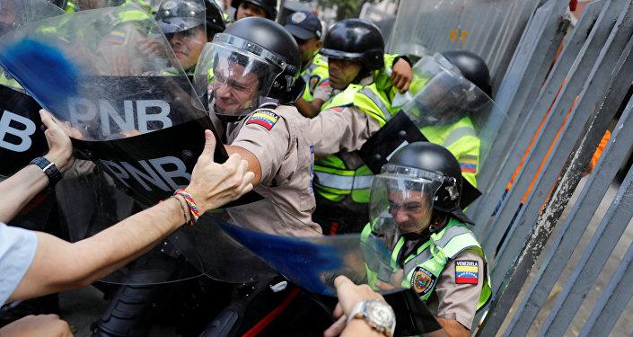 Confrontos dos manifestantes com a polícia