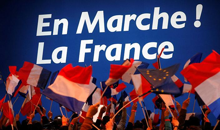 Os apoiadores de Emmanuel Macron, chefe do movimento político En Marche !, aguardam sua chegada ao Parc des Expositions em Paris, na França, 23 de abril de 2017.